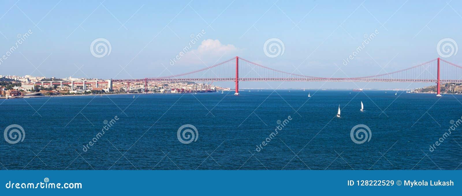 Panoramaansicht über das 25 De Abril Bridge Die Brücke schließt die Stadt von Lissabon an den Stadtbezirk von Almada an