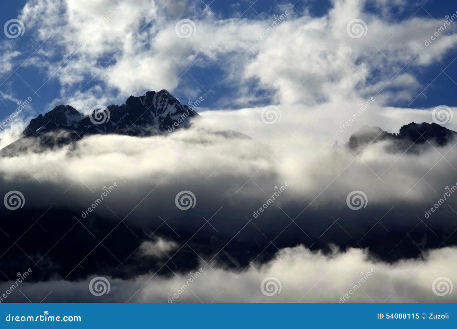 Panoramabergen in wolken