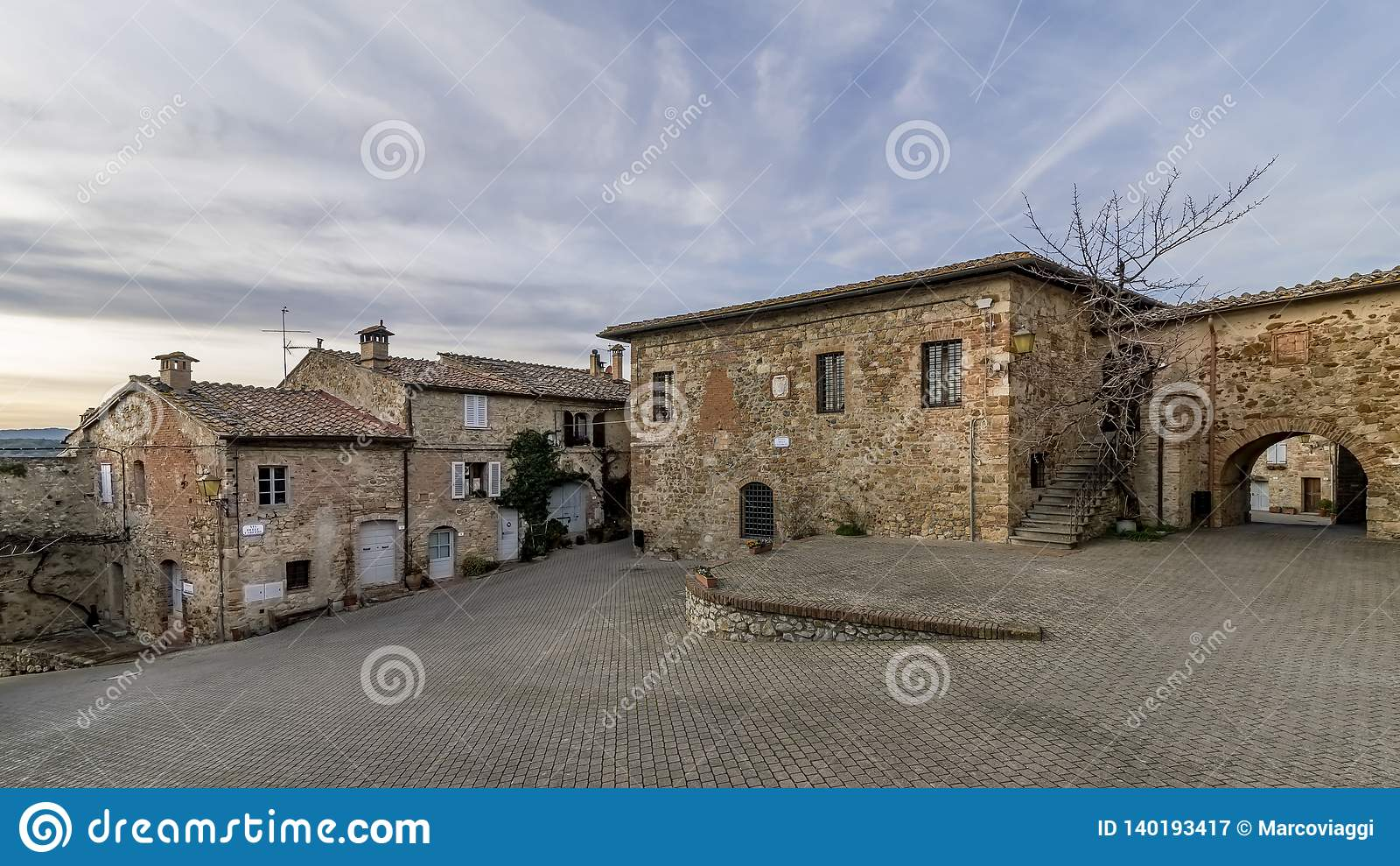 Panoramablick der historischen Mitte des mittelalterlichen Dorfs von Murlo, Siena, Toskana, Italien