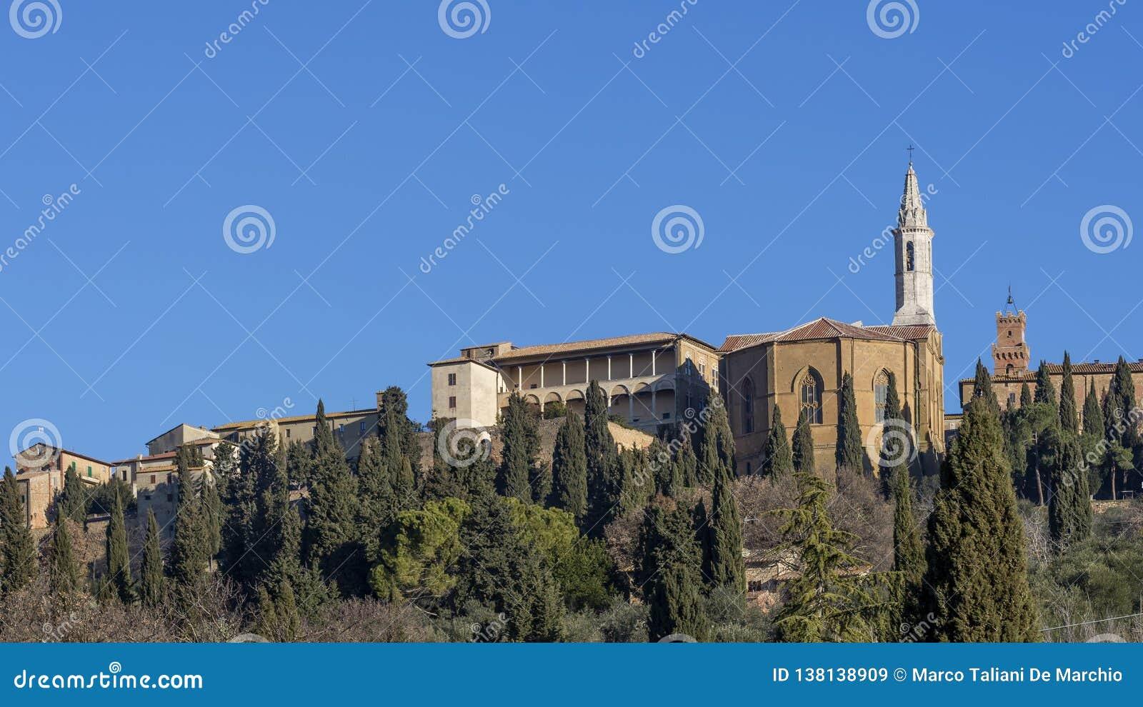 Panoramablick der historischen Mitte von Pienza von unterhalb, Siena, Toskana, Italien