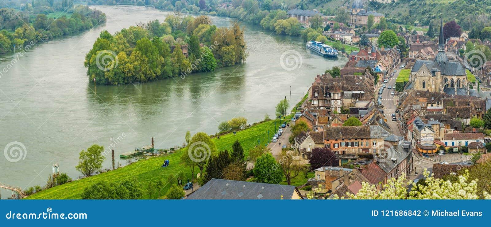 Panoramablick der historischen Stadt von Les Andelys, vom gro