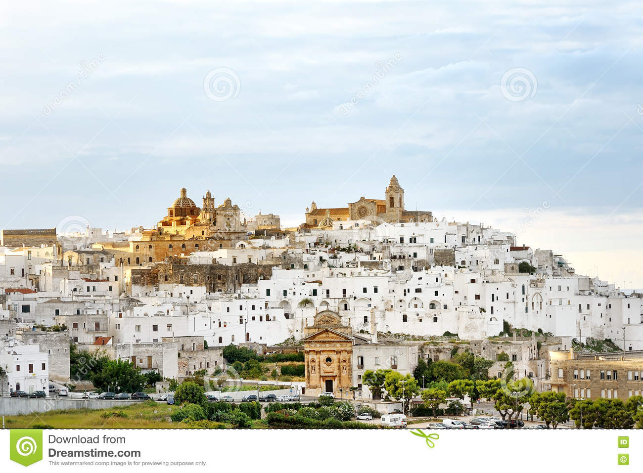 panoramablick der wei en stadt ostuni apulien s d italien stockfoto bild von cityscape. Black Bedroom Furniture Sets. Home Design Ideas
