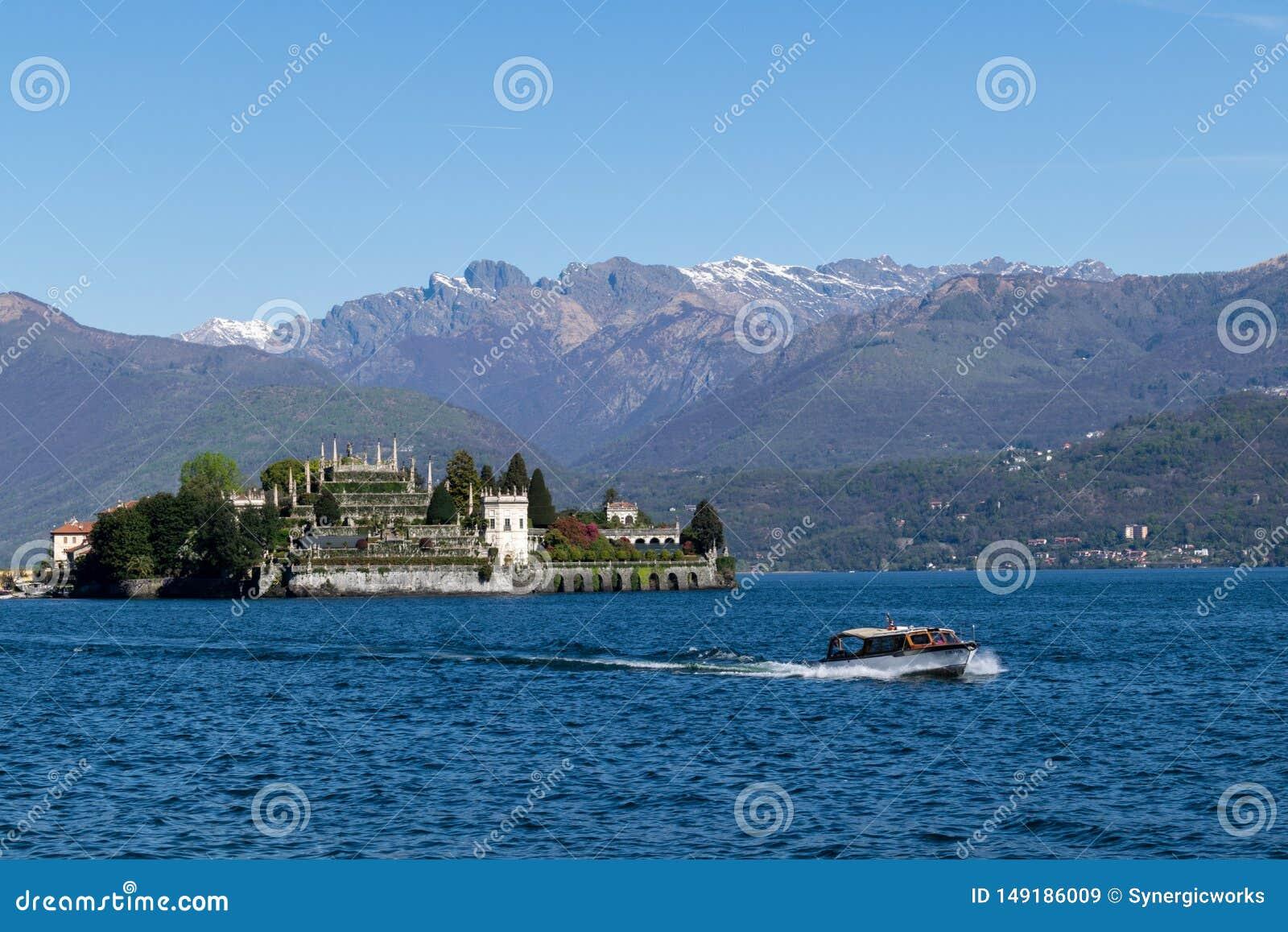 Panoramablick des Bootes und der Insel im Norditaly Seebereich