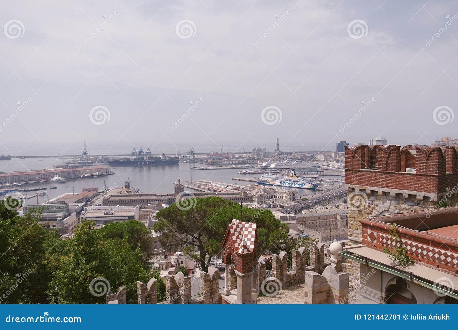 Panoramablick des Hafens in Genua an einem Sommertag, Italien
