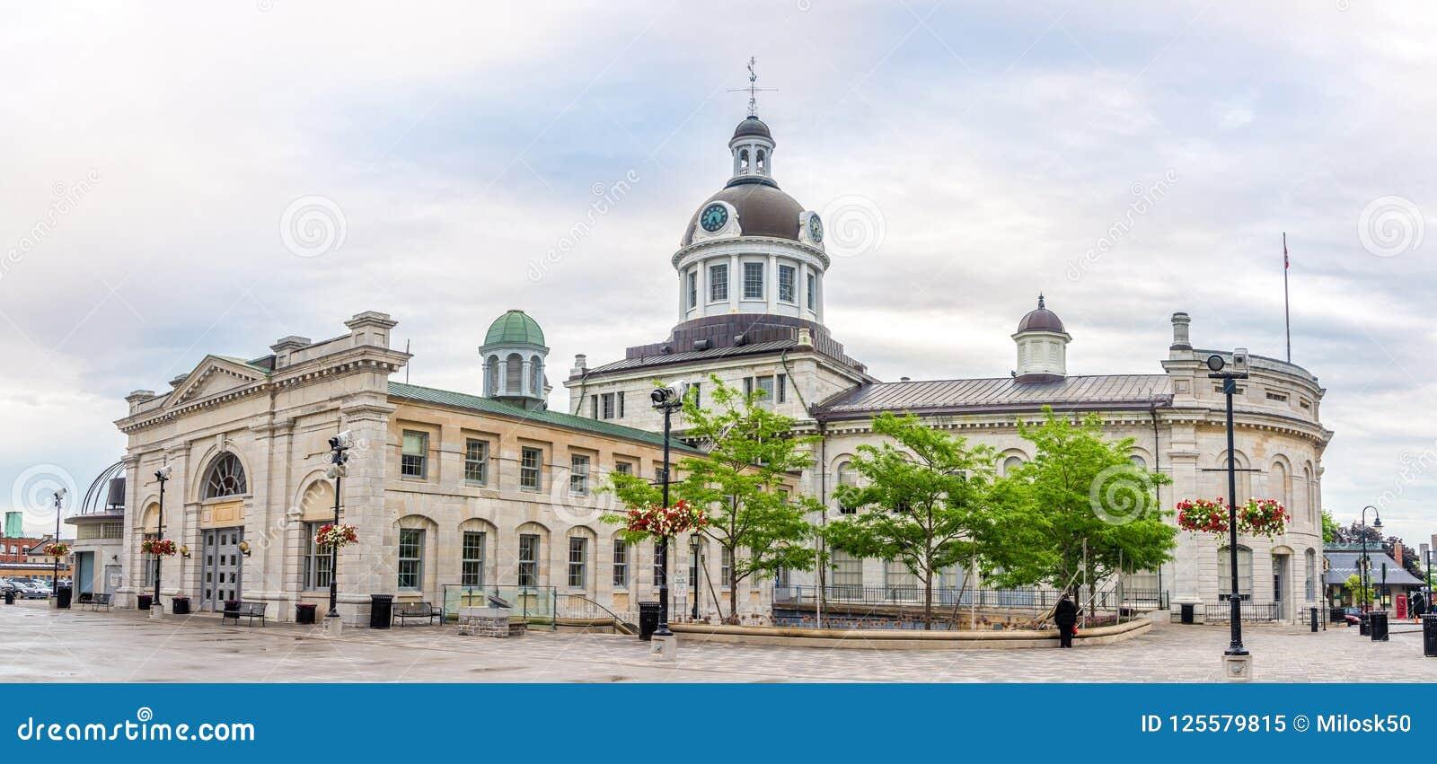 Panoramablick am Gebäude des Rathauses mit Markt in Kingston - Kanada