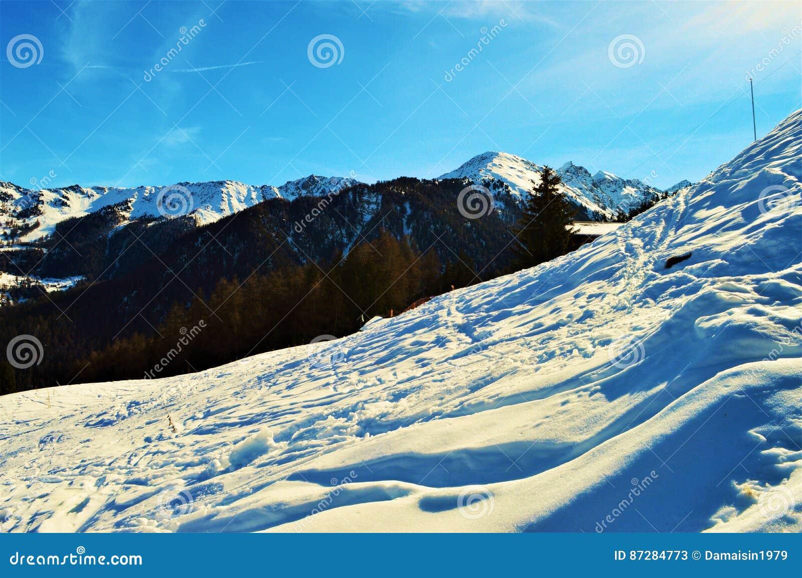 Panoramablick von Schweizer Alpen und von Schnee