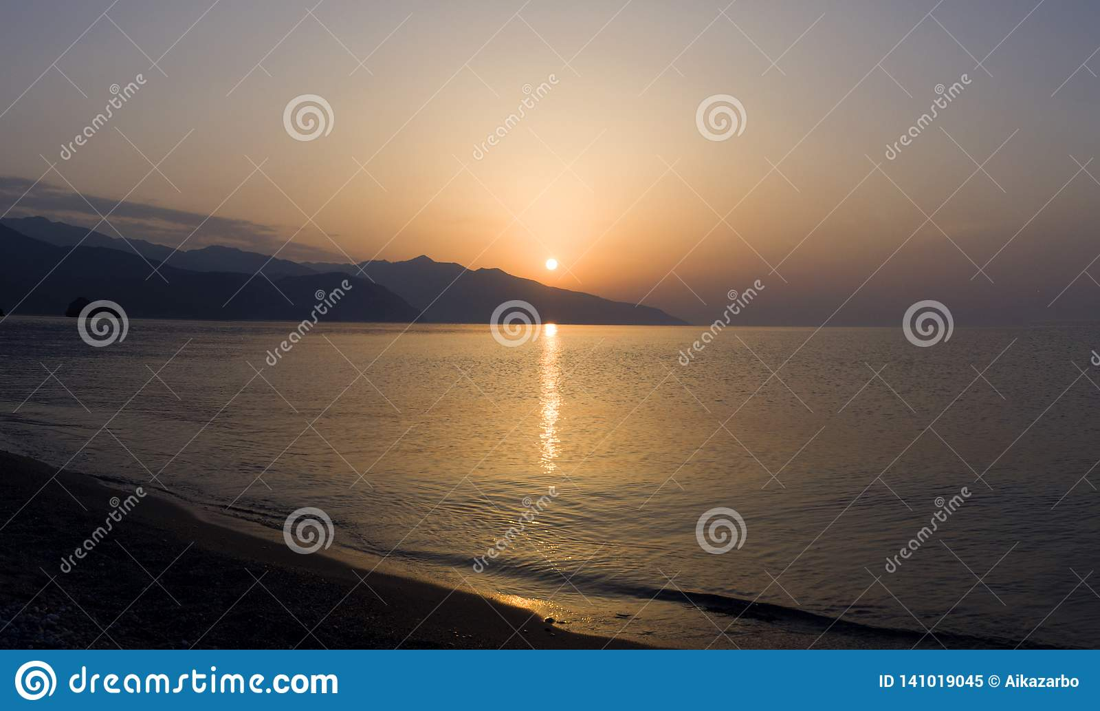 Panoramablick-Wellen und schöner Sonnenuntergang auf der griechischen Insel Evia Euboea im Ägäischen Meer