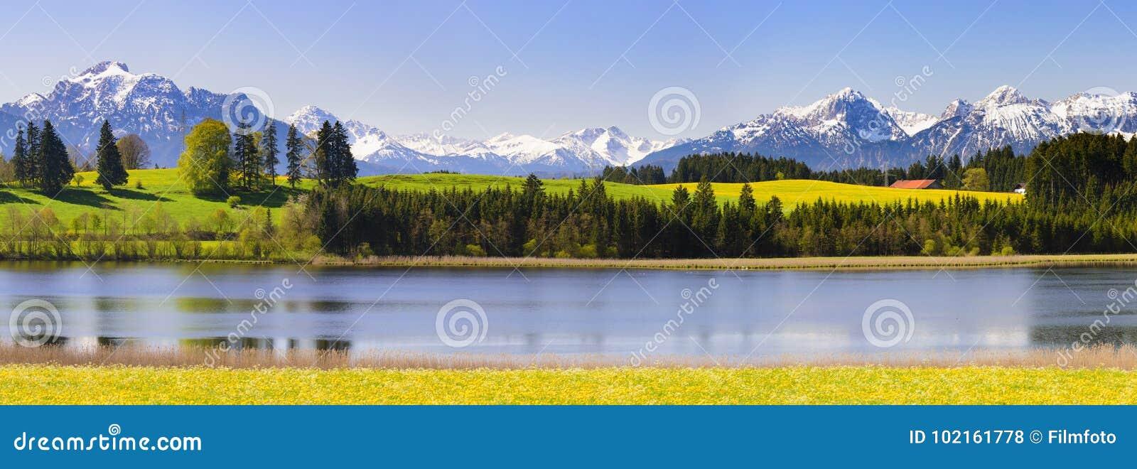 Panoramalandschaft im Bayern mit Alpenbergen
