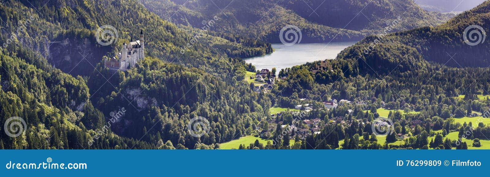 Panoramalandschaft im Bayern mit berühmtem Schloss Neuschwanstein an den Alpenbergen