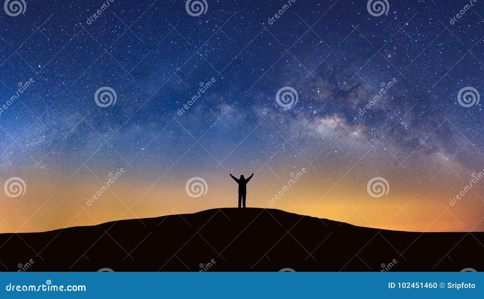 Panoramalandschap met melkachtige manier, Nachthemel met sterren en silh