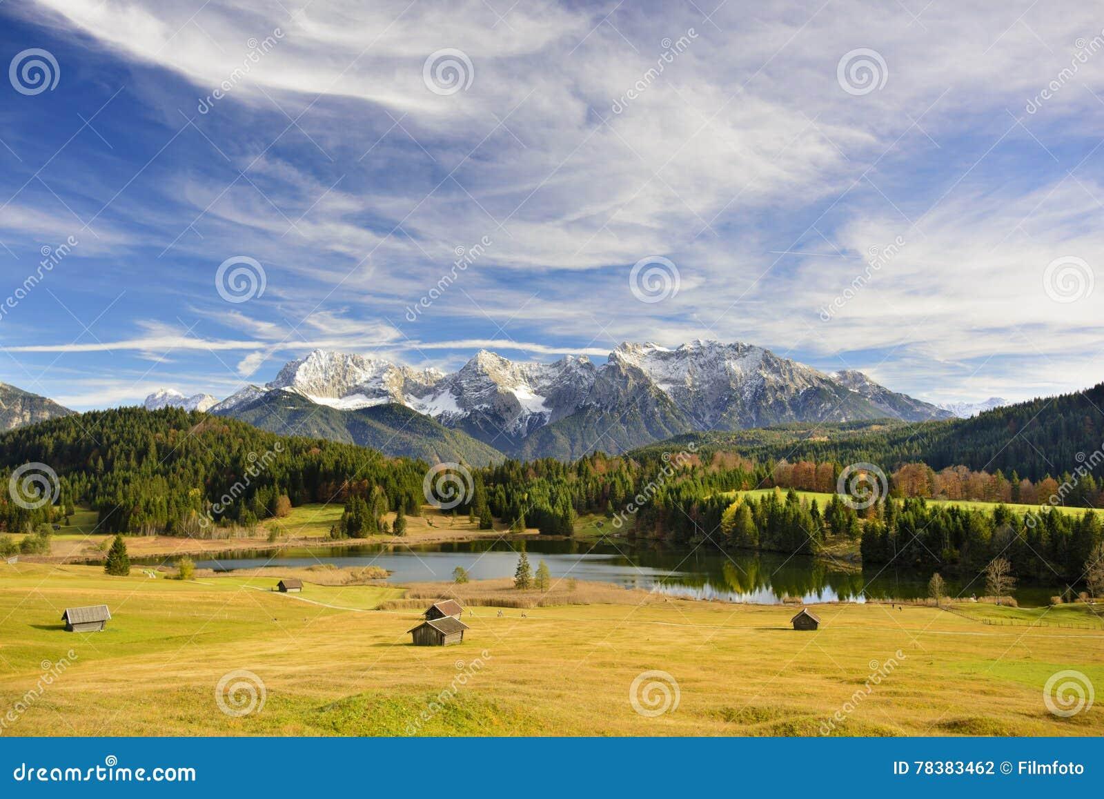 Panoramalandskap i Bayern med berg och sjön