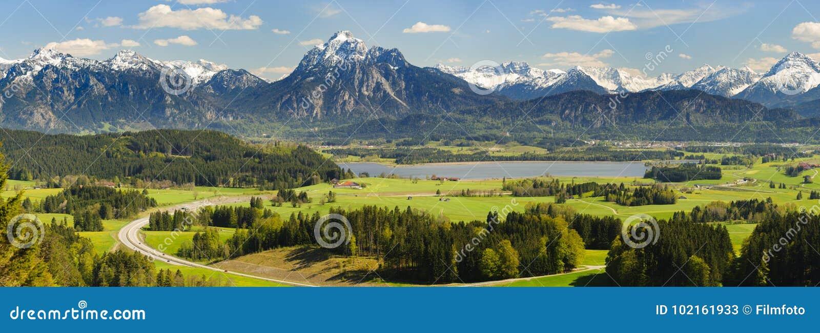 Panoramalandskap i Bayern med fjällängberg