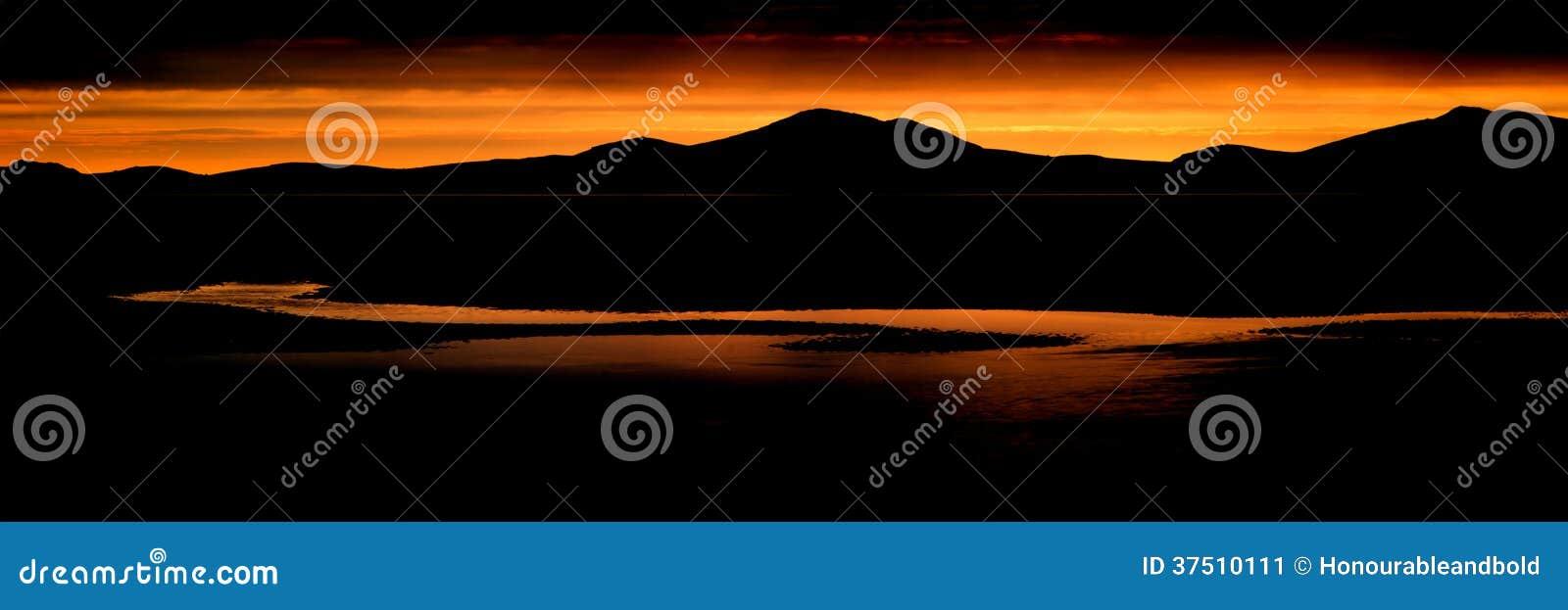 Panoramalandskap som bedövar bergskedja och stranden på vibrerande