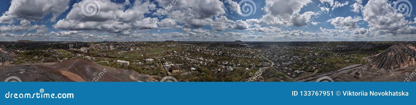 Panoramamening van de stad en de bewolkte hemel