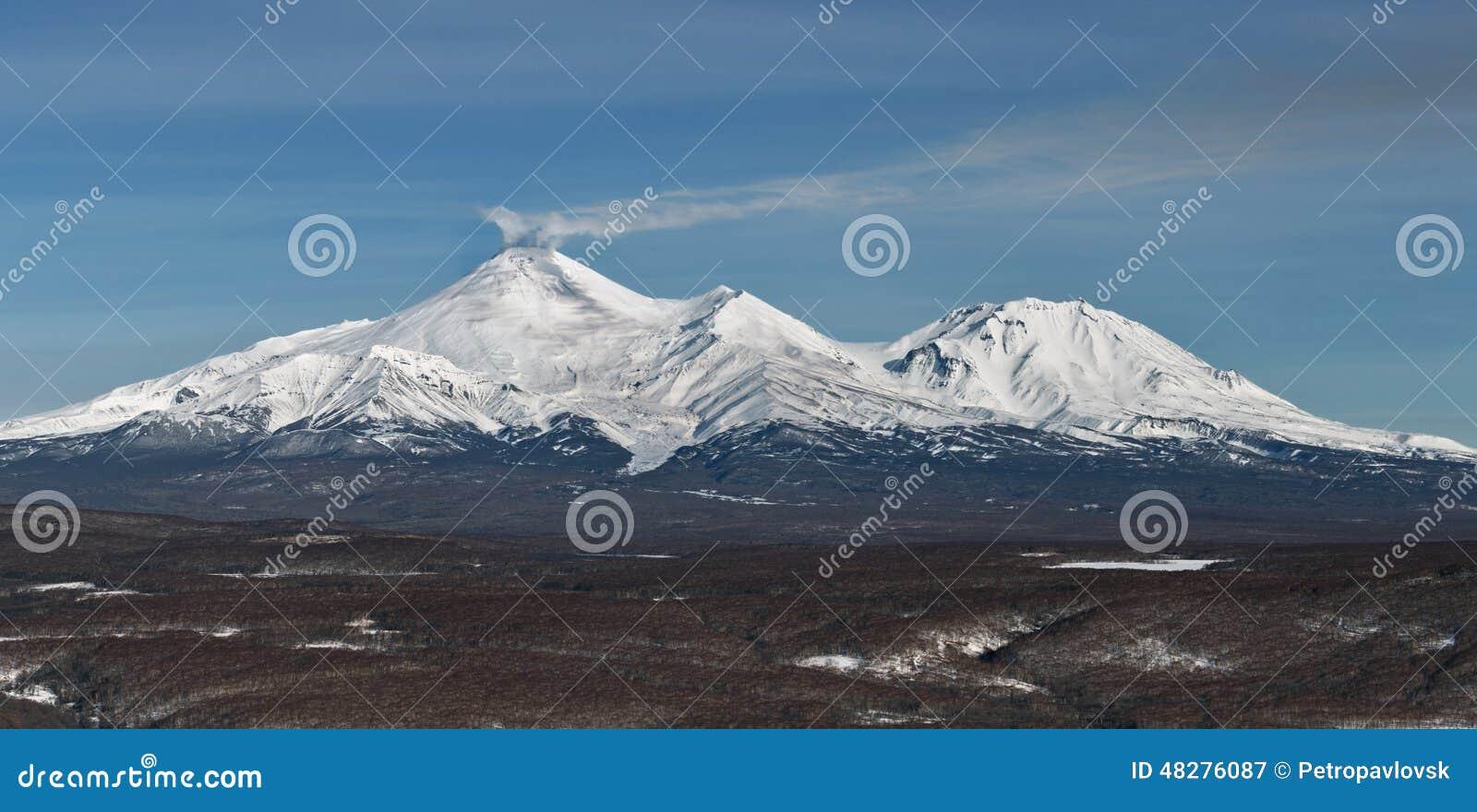 Panoramamening van de vulkanen van Kamchatka: Avachinskyvulkaan en Kozelsky-Vulkaan