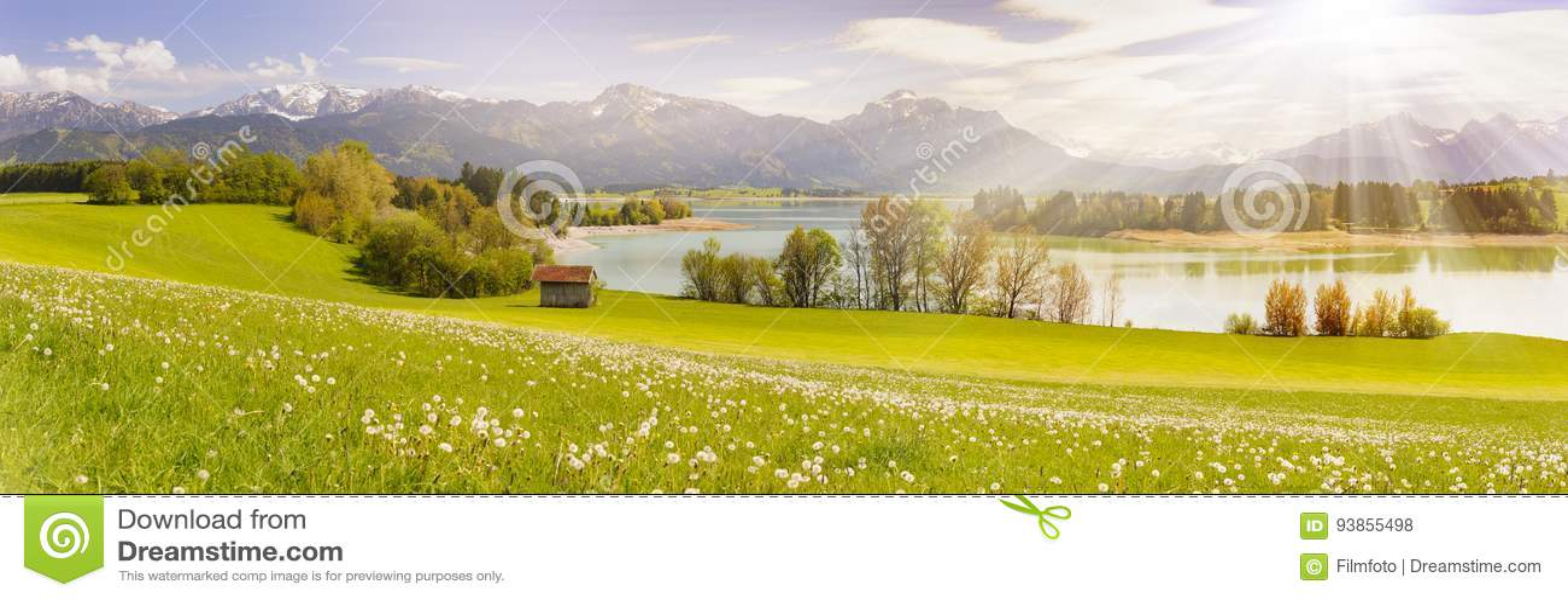 Panoramaplats i Bayern, Tyskland på fjällängberg med solstrålar över sjön