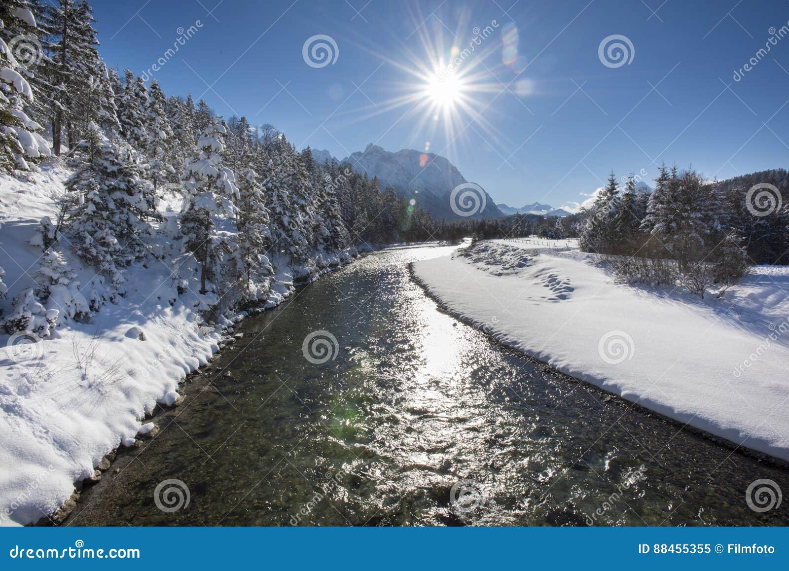 Panoramaplats i vinter på floden Isar i Bayern, Tyskland