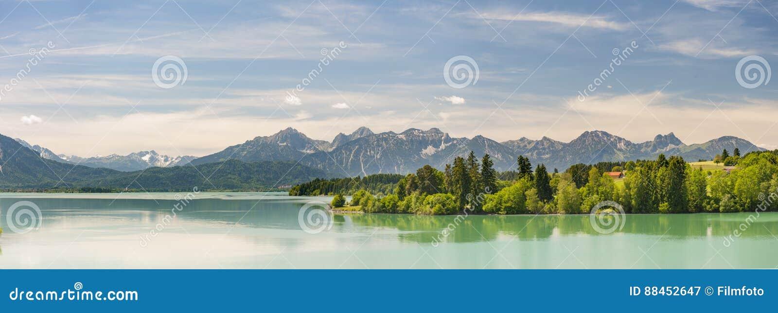 Panoramascène in Beieren met de bergen en het meer van alpen