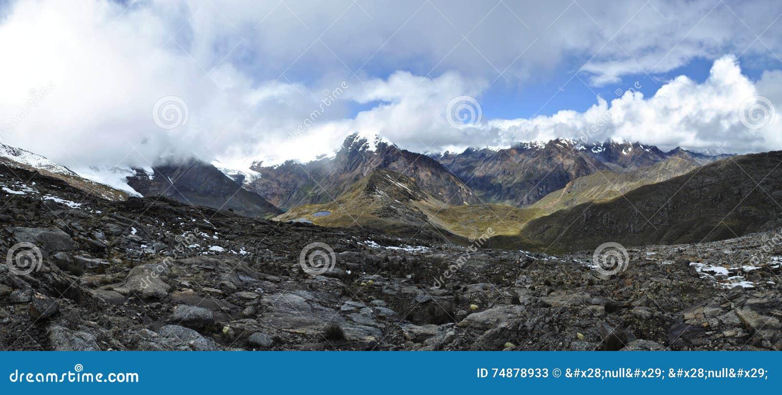 Panoramasikt på 5100 meter Huapi passerande, Huaraz, Peru