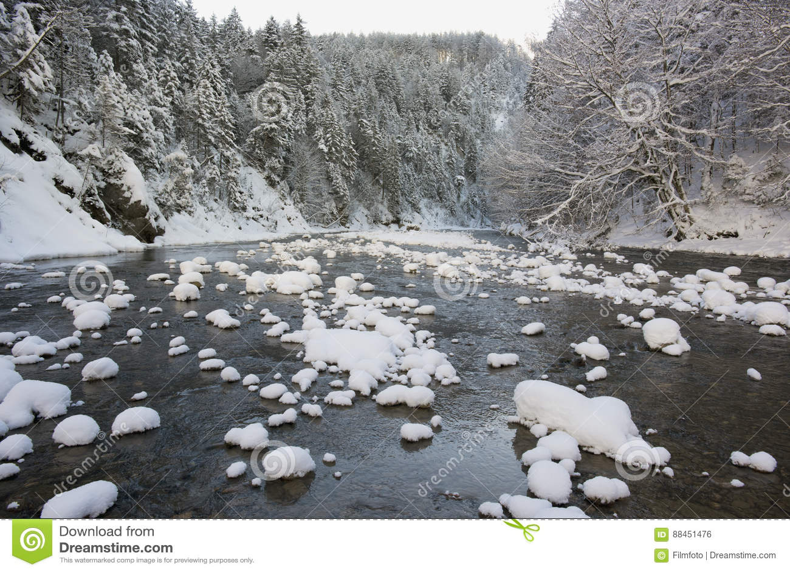 Panoramaszene mit Eis und Schnee in Fluss im Bayern