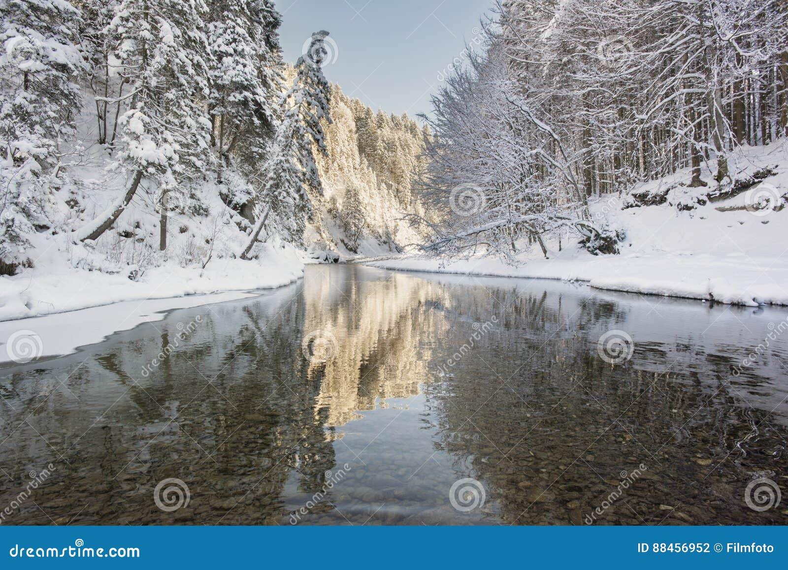 Panoramaszene mit Eis und Schnee in Fluss im Bayern, Deutschland
