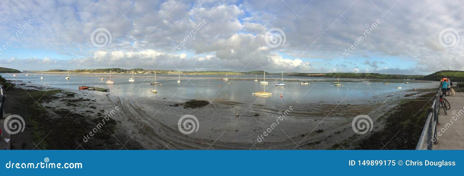 Panoramautsikt över floden som vaggar C Cornwall