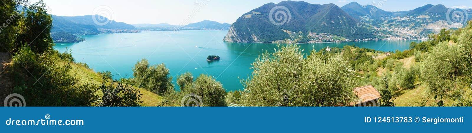 Panoramautsikt av bergsjön med ön i mitt Panorama från Monte Isola Island med sjön Iseo italiensk liggande