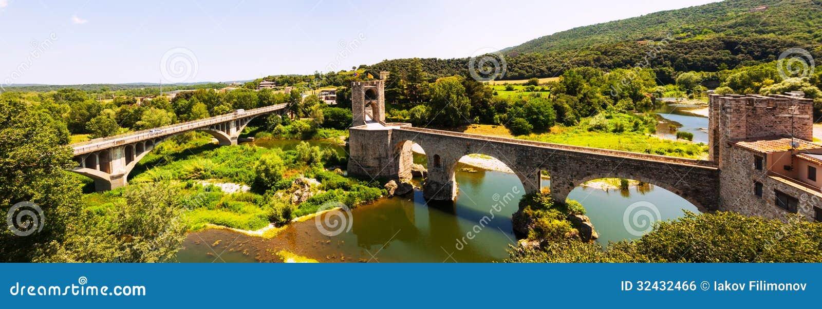Panoramautsikt av bridgeen i Besalu