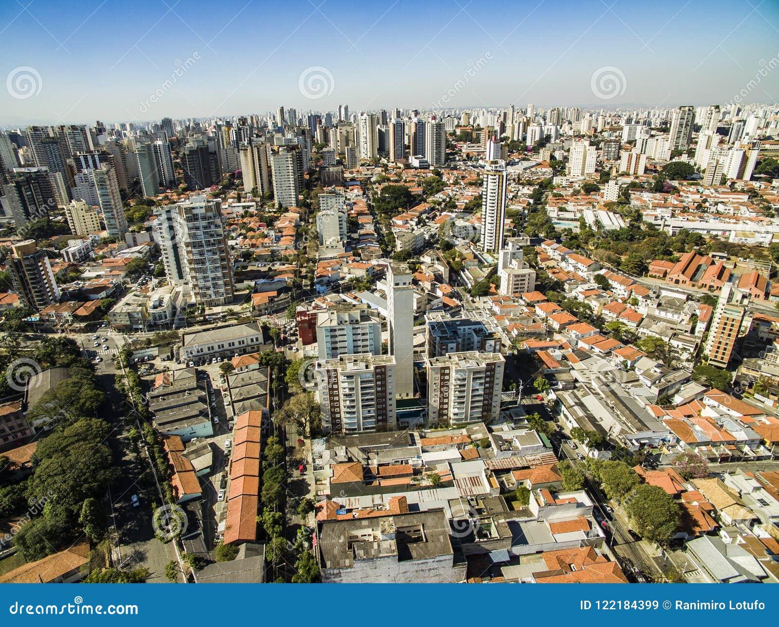 Panoramautsikt av byggnaderna och husen av den Vila Mariana grannskapen i São Paulo, Brasilien