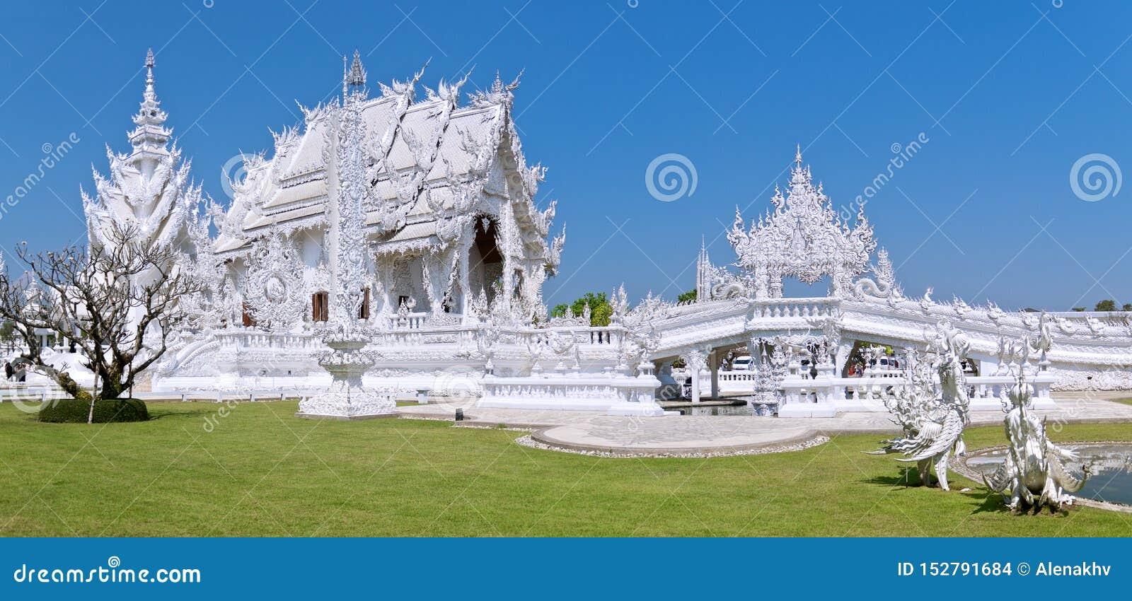 Panoramautsikt av den berömda fantastiska vita buddistiska templet mot den blåa molnfria himlen
