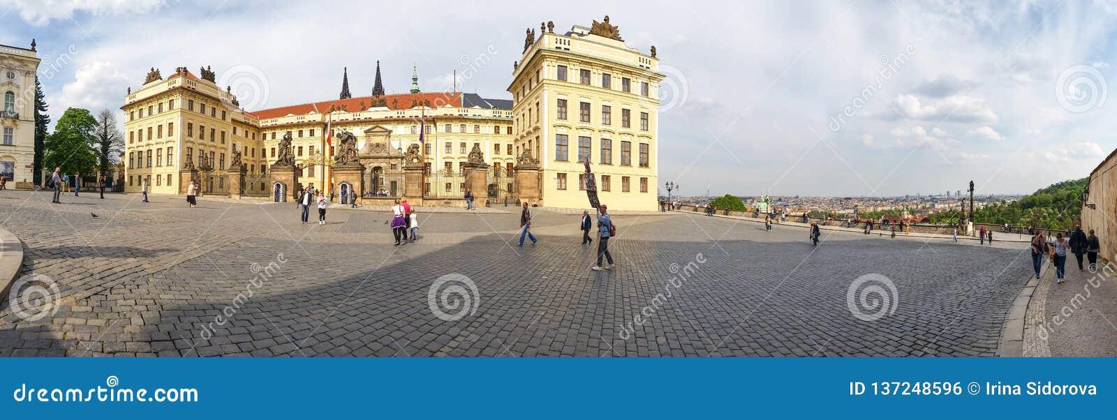 Panoramautsikt av den härliga byggnaden av uppehållet av presidenten av Tjeckien i den Prague slotten