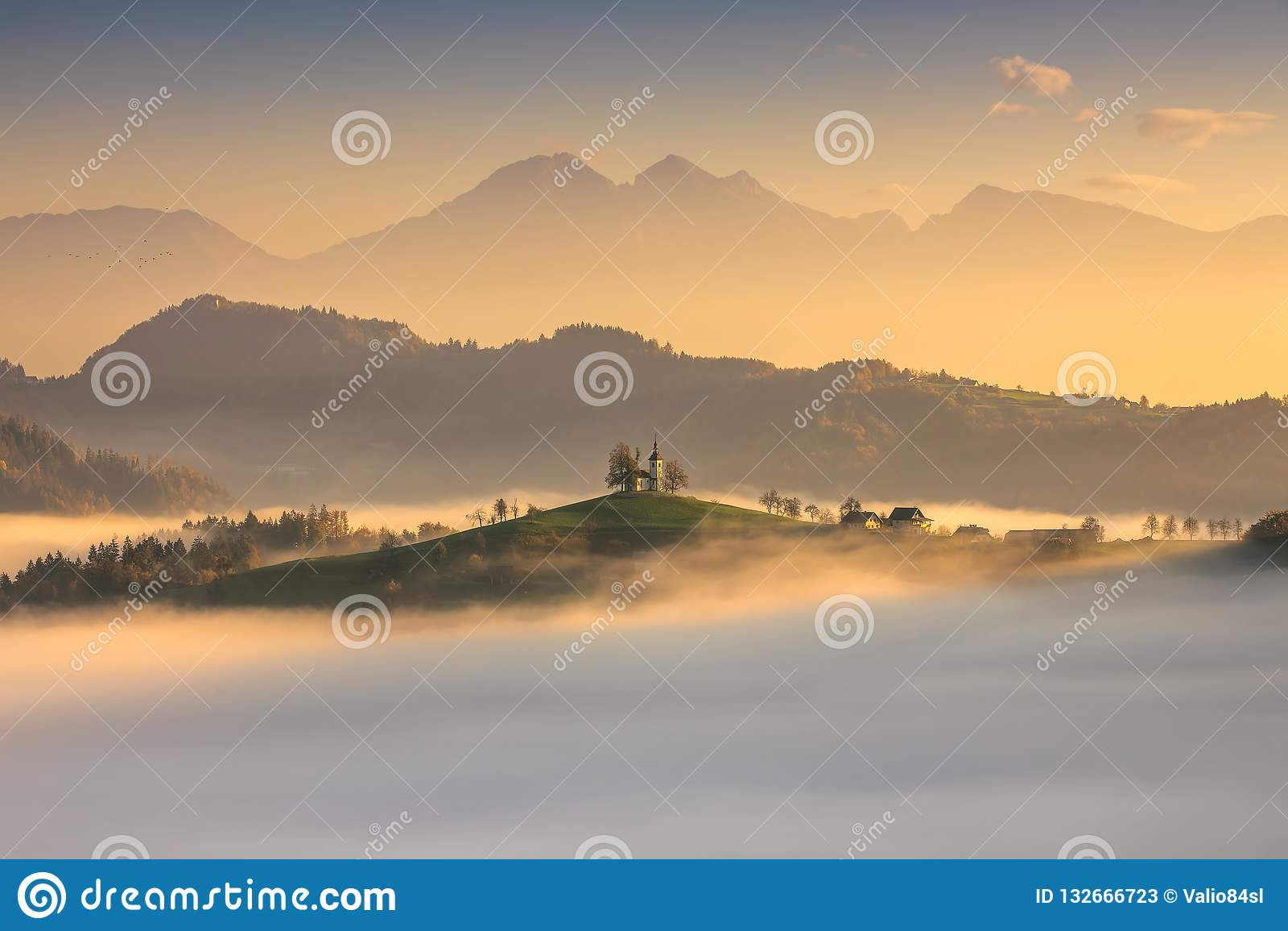 Panoramautsikt av den helgonTomas kyrkan, Slovenien