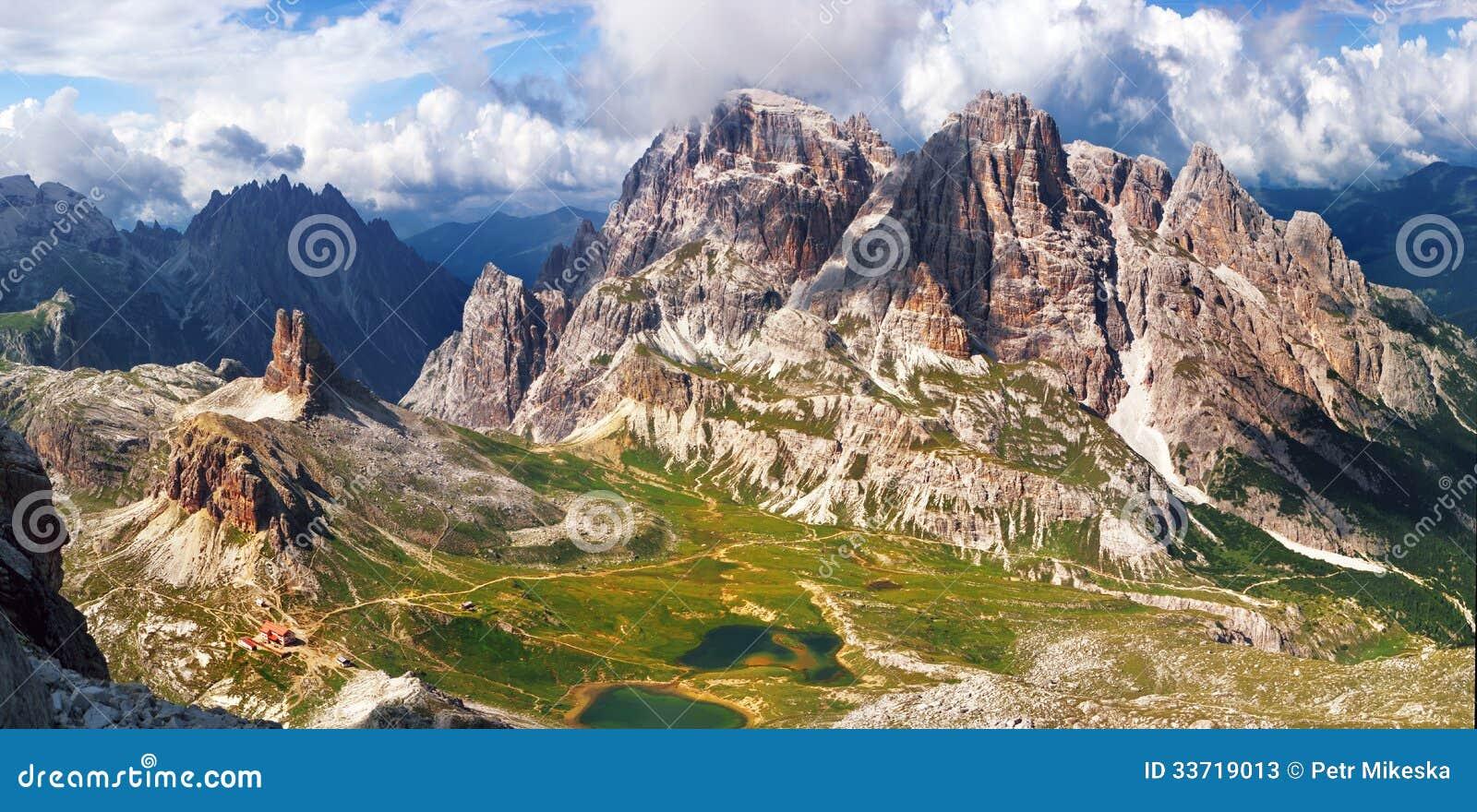 Panoramautsikt av det höga berget i Italien