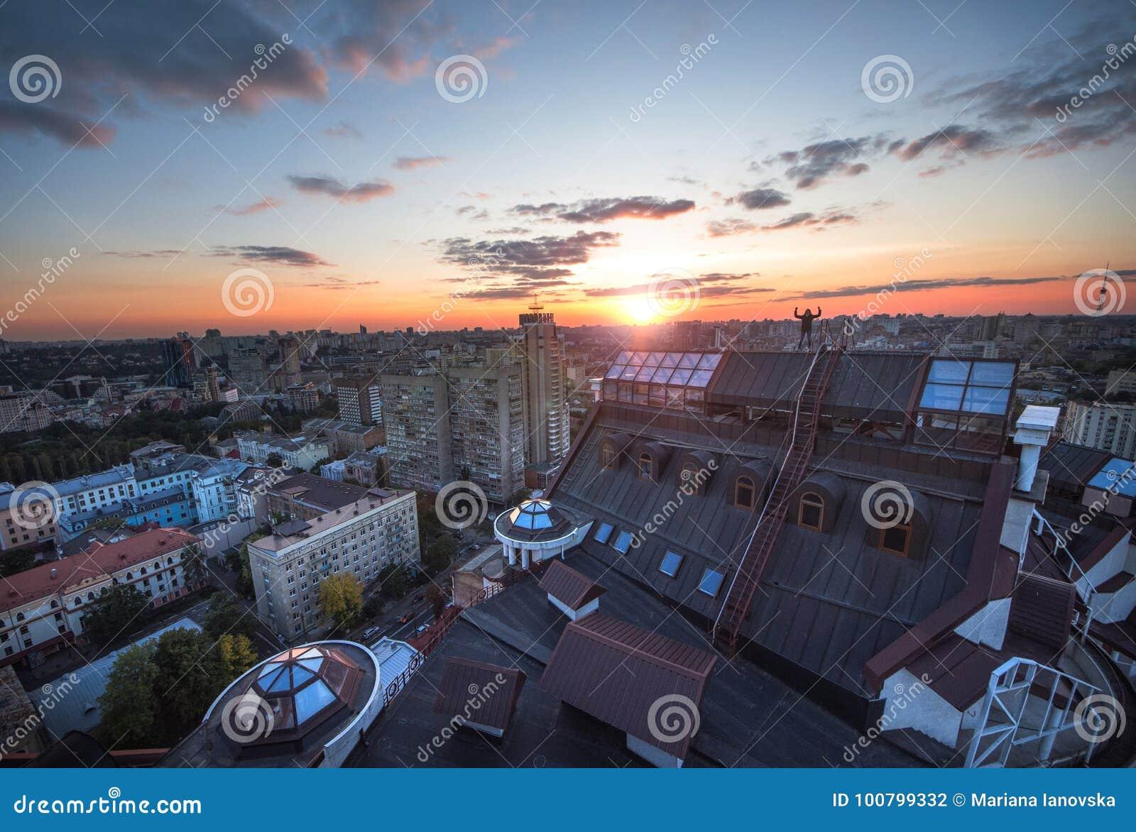 Panoramautsikt av en modern stad Kiev Taksolnedgång i Kiev, Ukraina