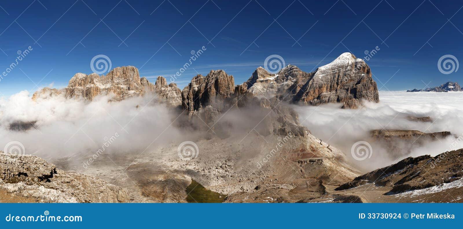 Panoramautsikt av italienare Dolomities - grupp Tofana