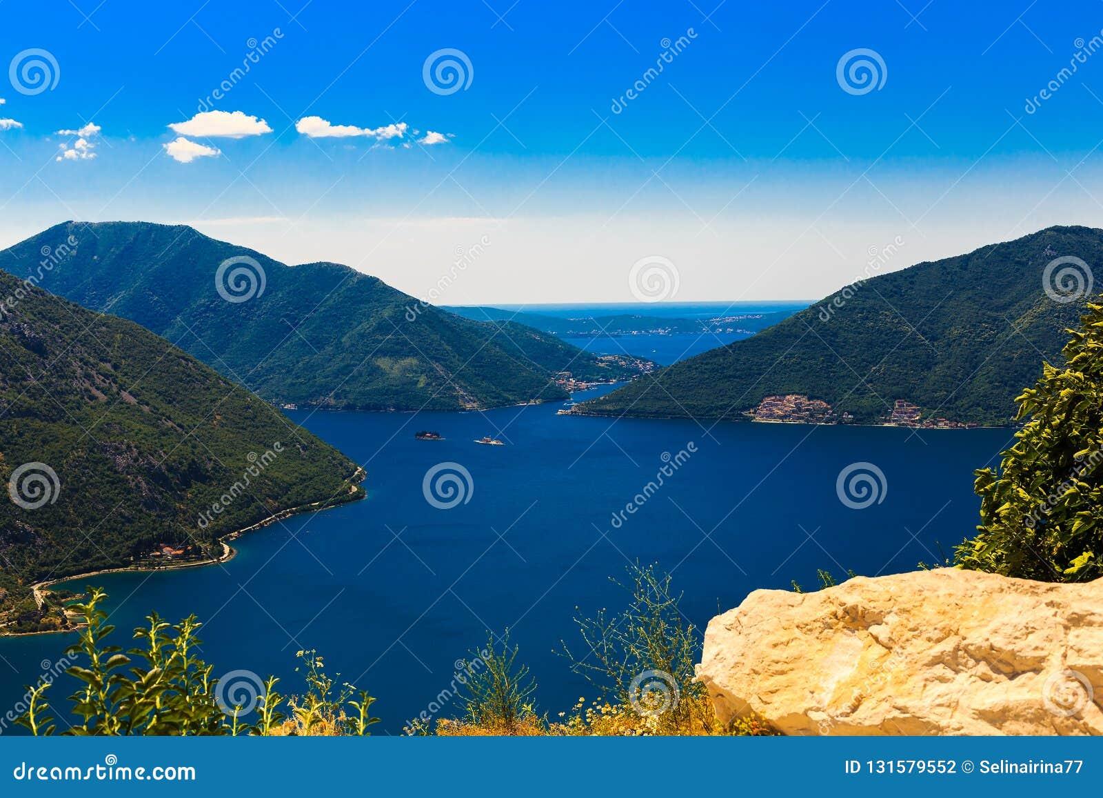 Panoramautsikt av kustlinjen av den Boka-Kotor fjärden, Montenegro