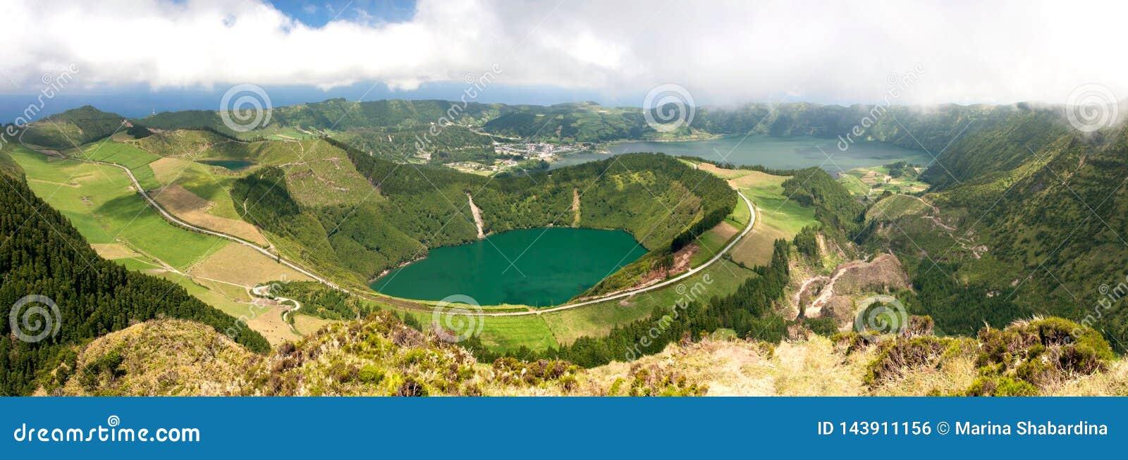 Panoramautsikt av sjön i en vulkanisk krater, Sete Cidades