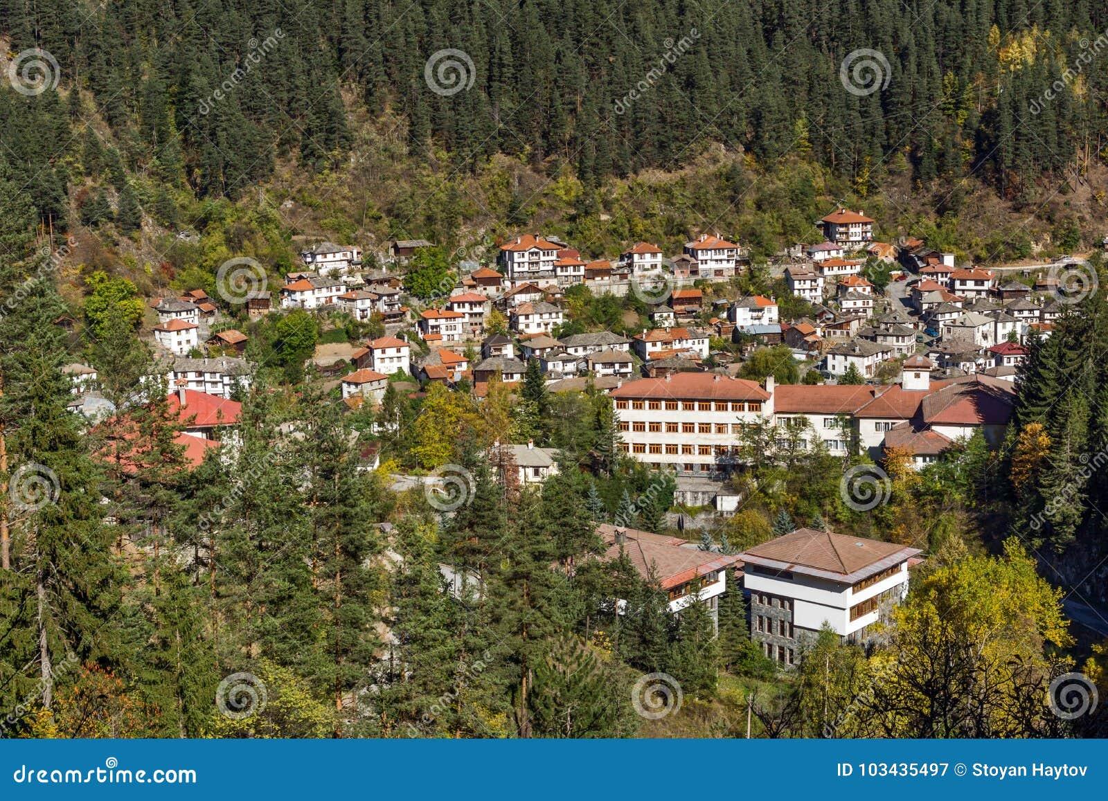 Panoramautsikt av staden av Shiroka Laka och Rhodope berg, Bulgarien