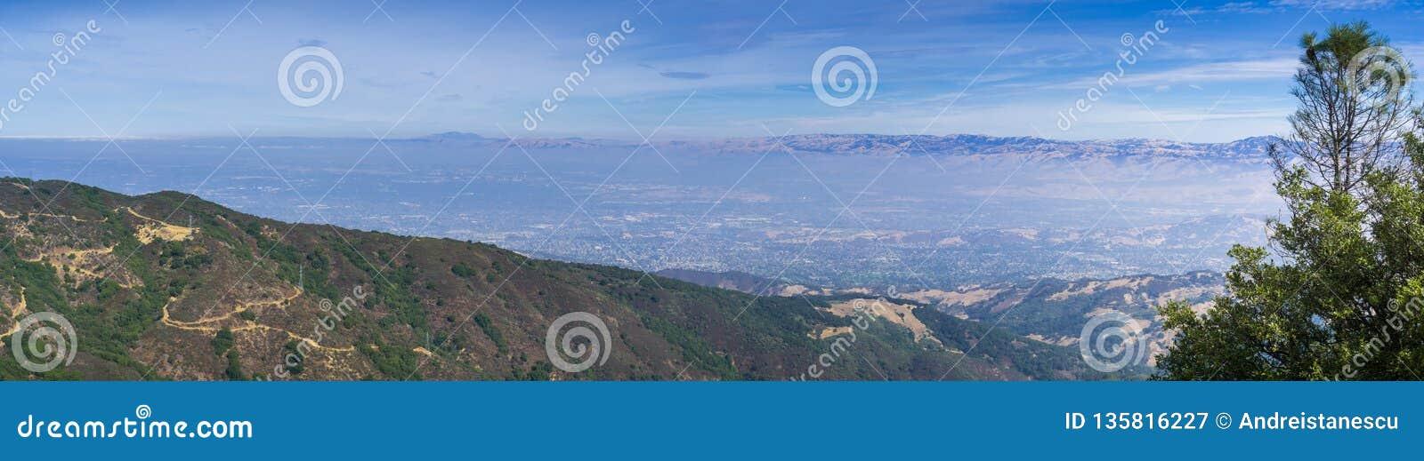 Panoramautsikt in mot San Jose och södra San Francisco Bay uppifrån av Mt Umunhum, Santa Cruz berg; Diablo Range kan vara