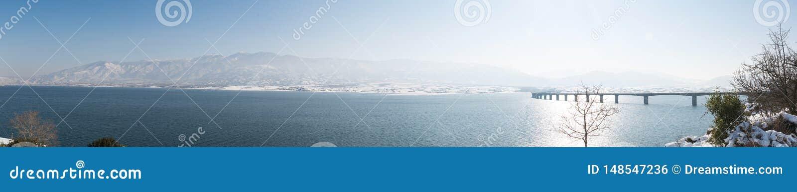 Panoramautsikt till det Olympus berget och bron av Servia