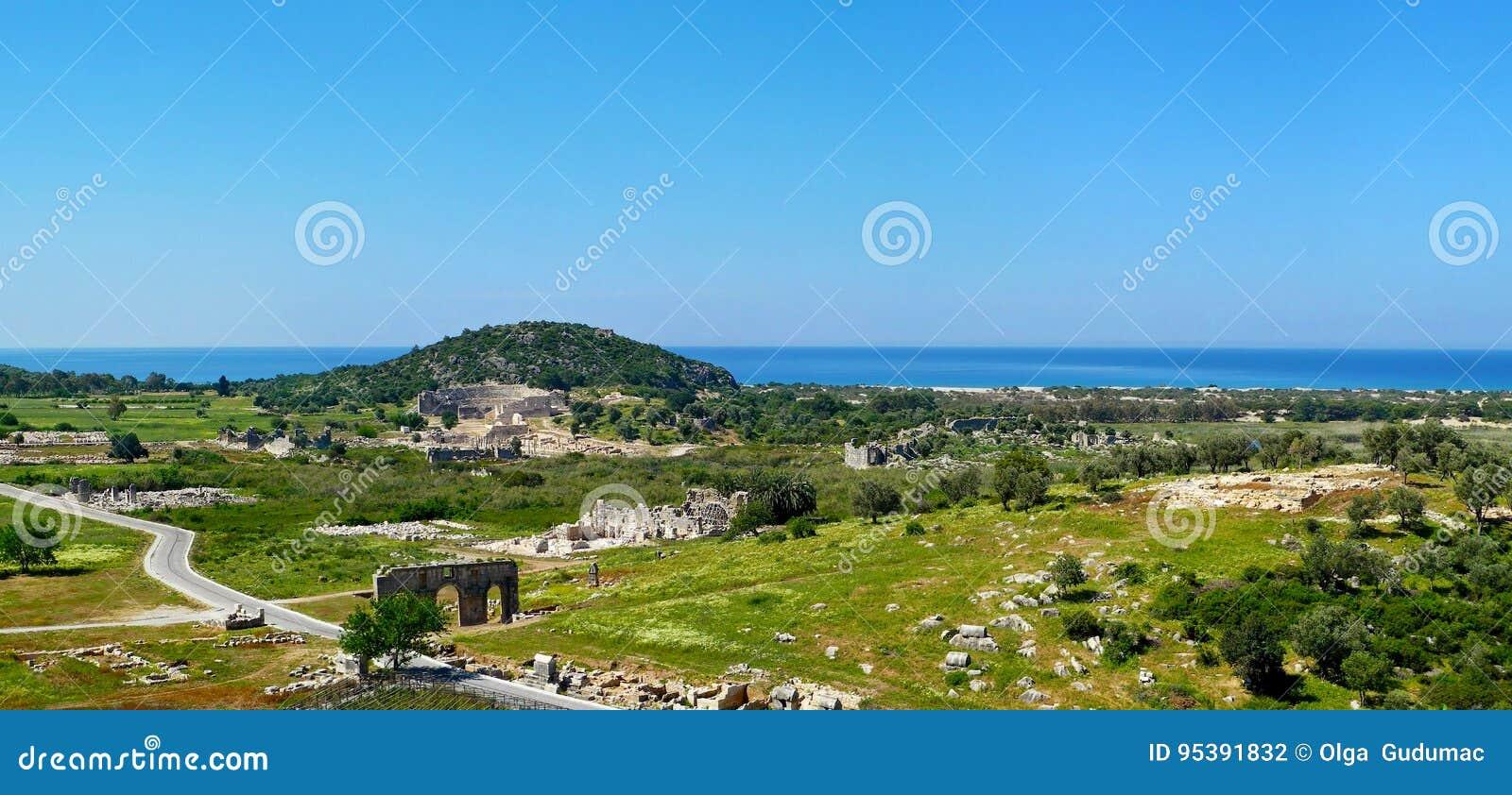 Panoramautsikten av antikviteten fördärvar i Patara, det Antalya landskapet,