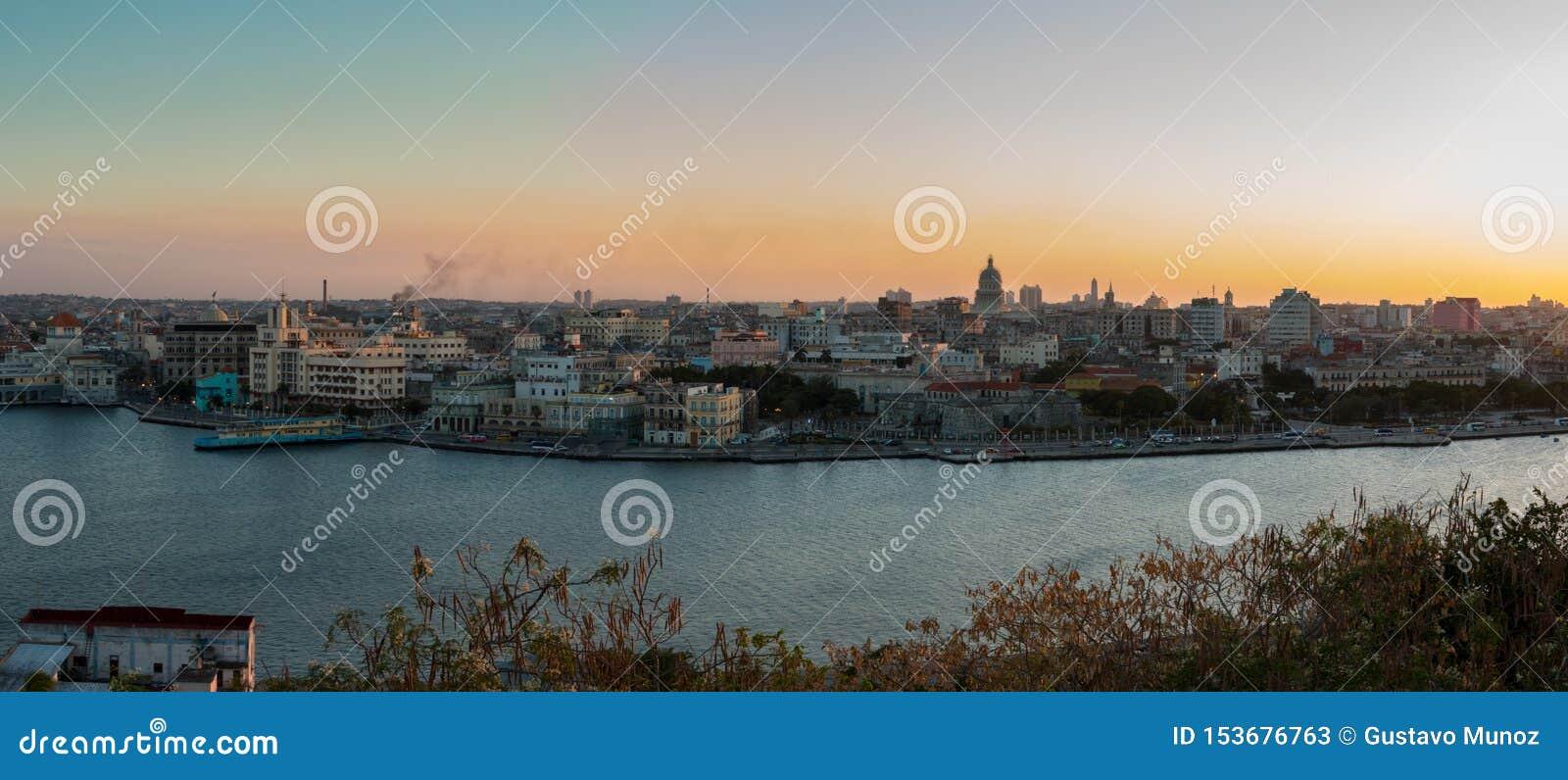Panoramautsikten av staden av havannacigarren och fjärden från Kristus parkerar av havannacigarr på solnedgången