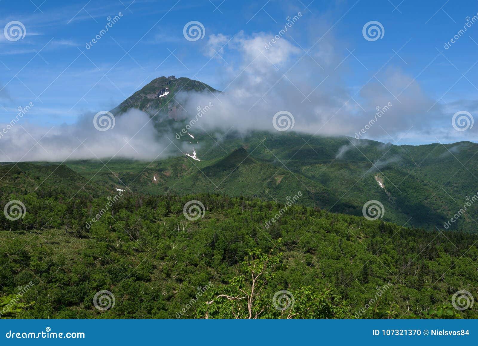 Panoramautsikter från den gröna Shiretokoen passerar runt om Mount Rausu i den Shiretoko nationalparken