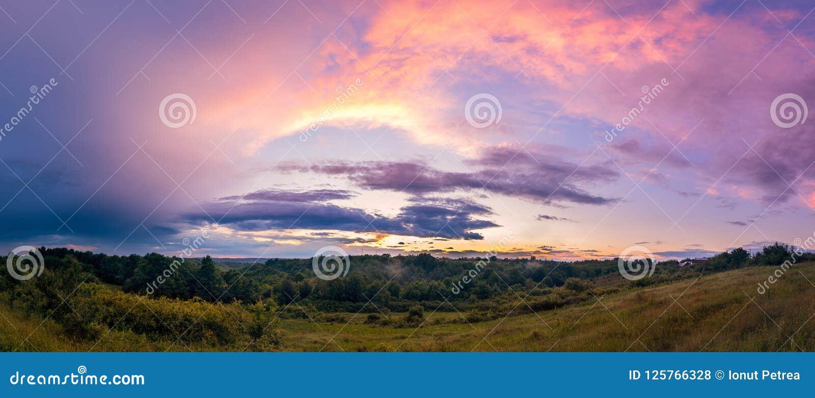 Panoramazonsondergang na streng regenonweer met dramatische wolken