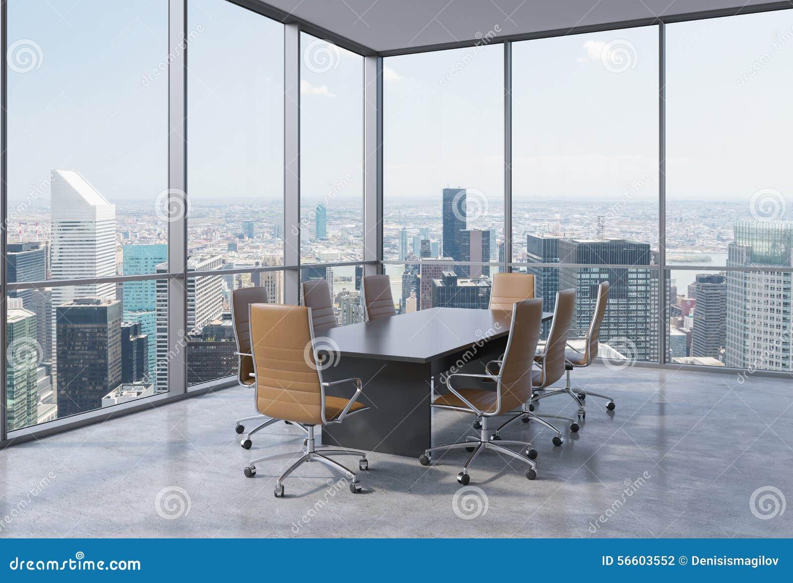 Panoramiczna sala konferencyjna w nowożytnym biurze w Miasto Nowy Jork Brown krzesła i czarny stół