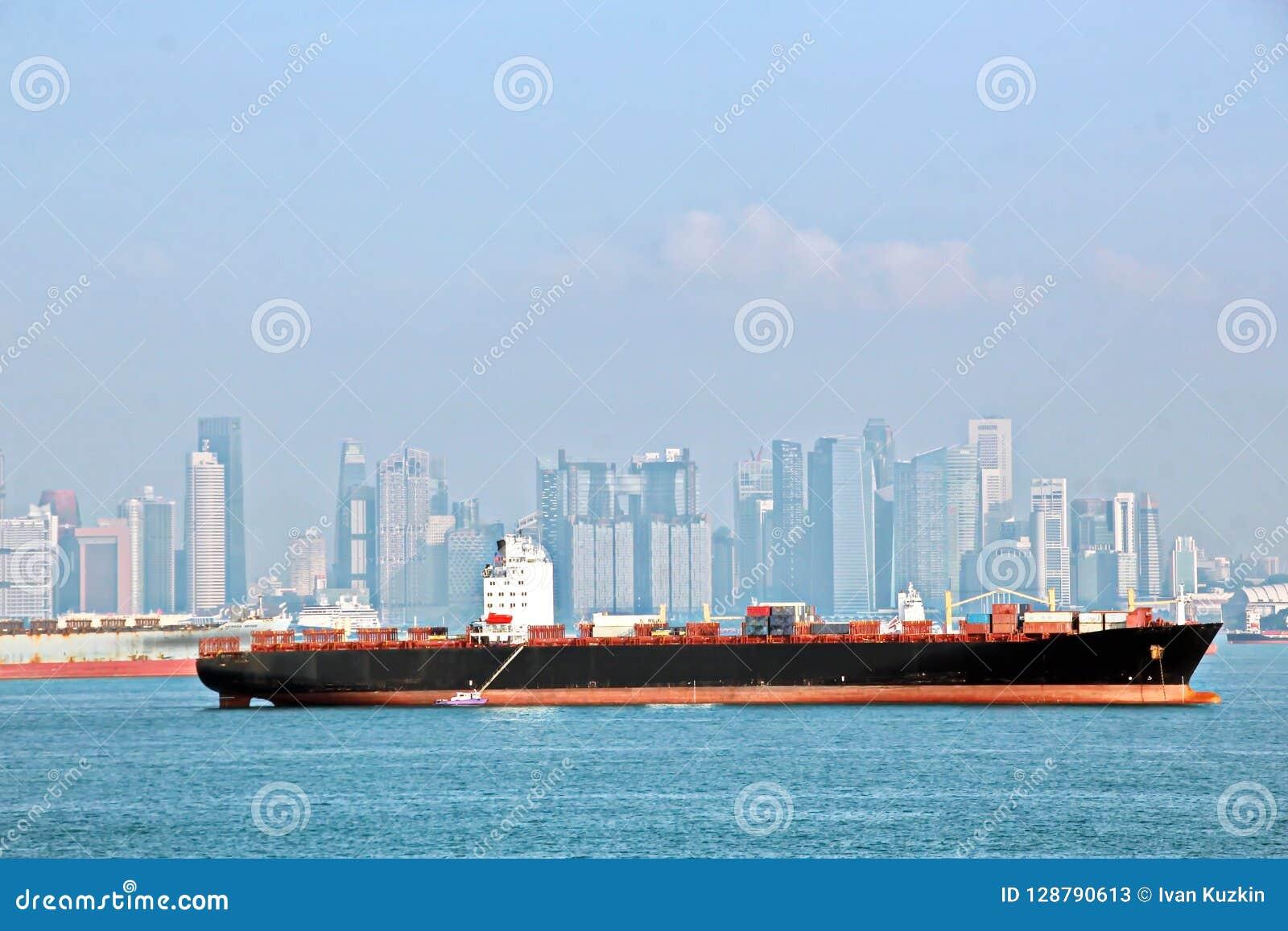 Panoramiczni widoki port i miasto Singapur podczas dnia i nocy Jakby ładunek i handlowi naczynia zakotwiczający