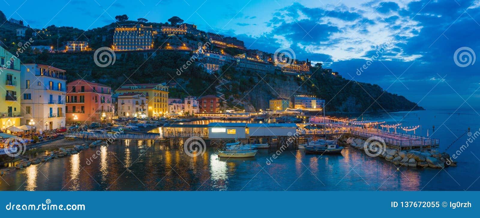 Panoramiczny noc widok grande w Sorrento Marina - popularny turystyczny miejsce przeznaczenia w Włochy