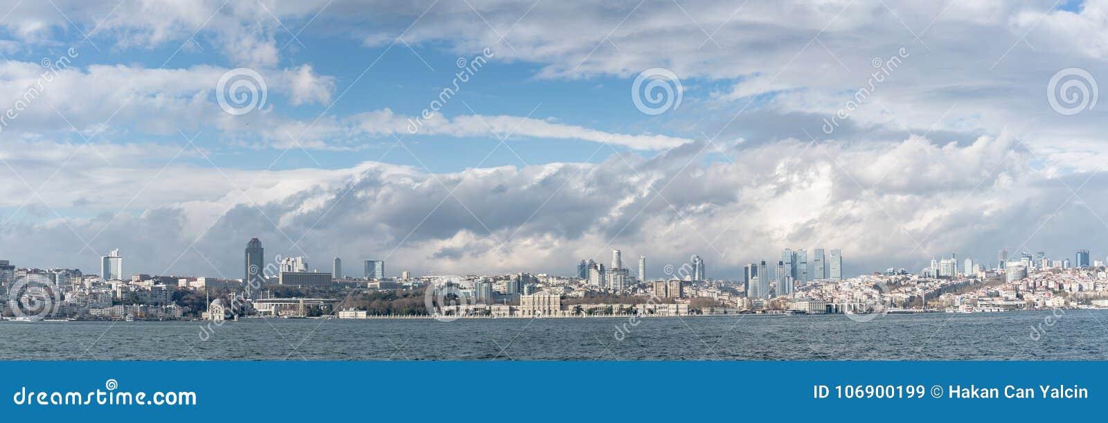 Panoramiczny pejzaż miejski nad Bosphorus w Istanbuł Turcja