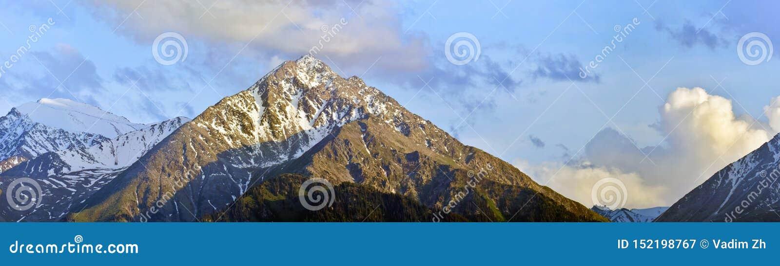 Panoramiczny strzał góry w chmurnej pogodzie, Kazachstan