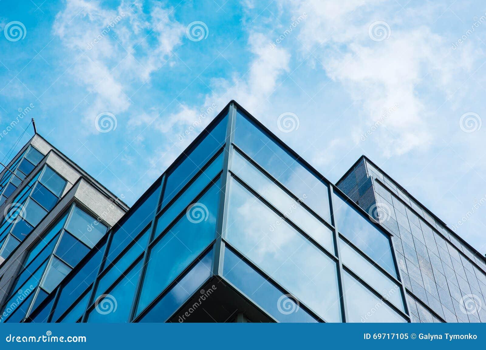 Panoramiczny szeroki kąta widok stalowego błękita tło szklani wysocy wzrosta budynku drapacze chmur w nowożytnym futurystycznym ś